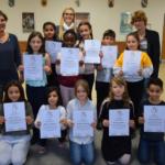 Elf Mädchen und Jungen der Schillerschule bekamen von Bürgermeisterin Ute Seifried Urkunden überreicht, denn sie haben sich als Schülerstreitschlichter ausbilden lassen.
